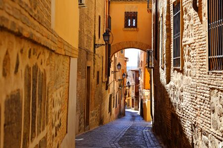 Traditional old Spanish street, in the historic city of Toledo, Spain. Imagens