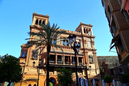 Hermosa calle colorida de Sevilla, Andalucía, España.