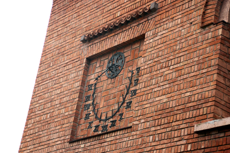 reloj de sol: Reloj de sol en la pared de ladrillo
