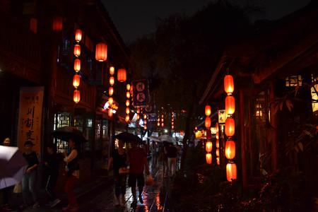 Toeristen bezoeken winkels en winkels rond de schilderachtige Jinli Ancient Street van Chengdu. Pic is genomen in september 2017