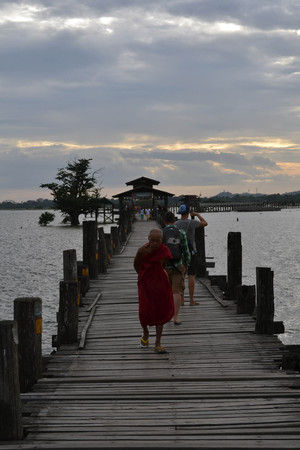 The people's activity on U Bein bridge around Mandalay, Myanmar. Claimed to be the longest wooden bridge in the world and was the cover of Lonely Planet's book. Pic was taken in August 2015 免版税图像