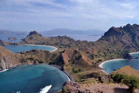 코모도 (Komodo) 섬에서 멀지 않은 인도네시아의 파다르 섬 (Padar Island)의 멋진 전망. 그림은 2017 년 6 월에 찍은