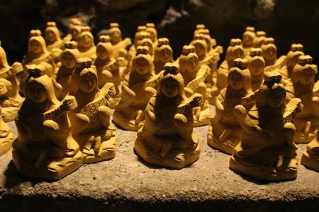 The wooden statues of Buddha/Kannon at Hase-dera temple cave. Taken in Kanagawa, Japan - February 2018. Standard-Bild - 98917910