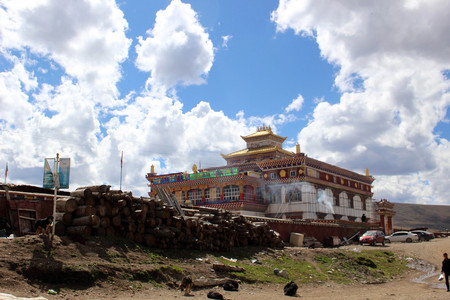 Around the Yarchen Gar (Yaqen Orgyan Temple) in Amdo Tibet, China. Taken in March 2015 Banque d'images - 104859951