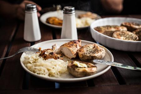 pollo arrosto: Patate al forno con pollo arrosto Archivio Fotografico