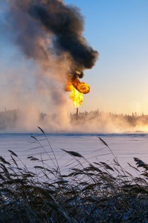 evaporacion: Quema de gas. Evaporaci�n de nieve. Foto de archivo