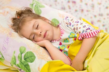 chicas guapas: Dulce sueño. Niña dormida con una sonrisa en su cara