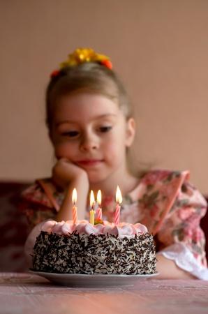 blow out: Compleanno. La bambina esprimere un desiderio prima spegnere le candele