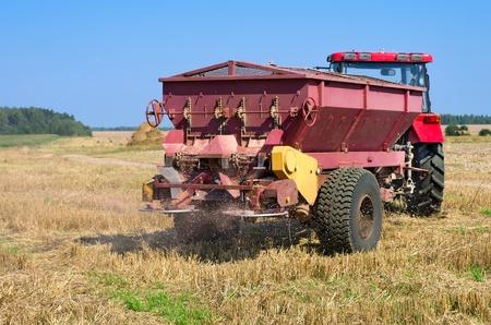 Landwirtschaftliche Arbeiten. Düngen vor dem Pflügen die Stoppeln