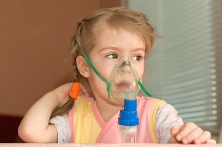 asthme: Une petite fille de trois ans � faire l'inhalation Banque d'images