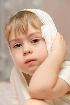 dolor de oido: Primeros auxilios para un dolor repentino en los oídos Foto de archivo