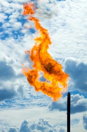 evaporacion: La quema de gas Antorcha contra el cielo Foto de archivo