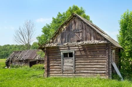 Vieille maison abandonnée dans le village