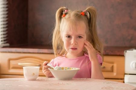 Kind 3 5 jaar niet wilden ontbijten Gebrek aan eetlust te eten Stockfoto