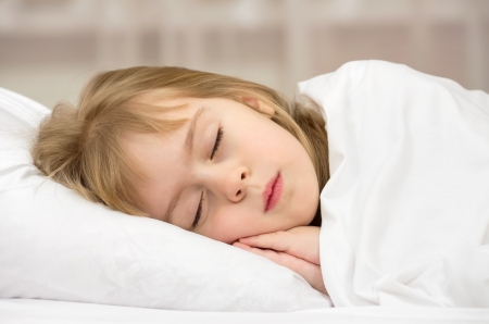 ni�o durmiendo: Sweet Dream Una ni�a de cuatro a�os Foto de archivo