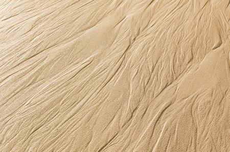 suelo arenoso: Los rastros de agua que fluye en la arena Foto de archivo