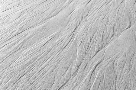 grooves: Traces of flowing water on the sand