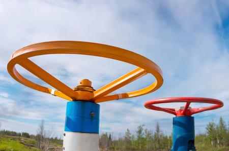 industria quimica: Dos válvula de gas contra el cielo