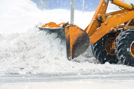 Löschen durch den Bagger von Schneeverwehungen Standard-Bild - 36230641
