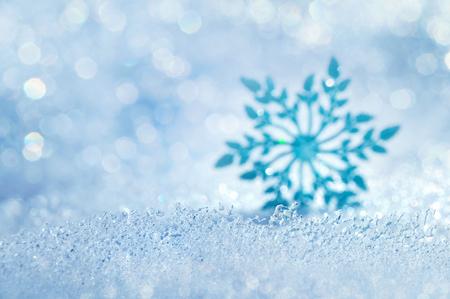 flocon de neige: fond de Noël avec des flocons de neige glacée décoration floue