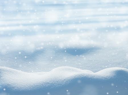 resfriado: Natural de fondo de invierno con acumulaciones de nieve y la ca�da de nieve Foto de archivo