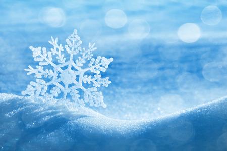 raffreddore: Sfondo Natale con un fiocco di neve decorativo sulla neve brillante Archivio Fotografico