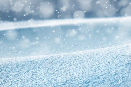Natürliche Winter Hintergrund mit Schneeverwehungen und Schneefall Lizenzfreie Bilder