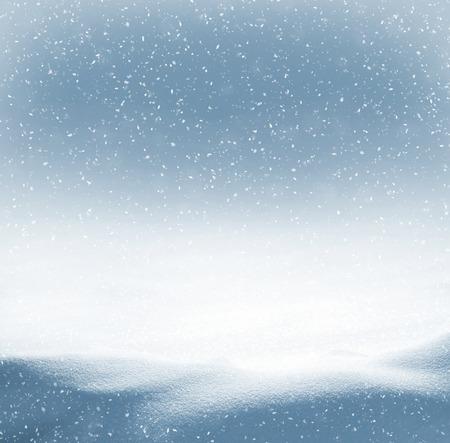 neige qui tombe: Winter background avec des congères et la neige qui tombe Banque d'images