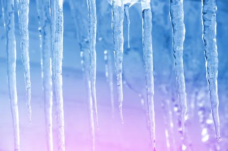 Contexte de glaçons transparents brillants dans la lumière du soleil