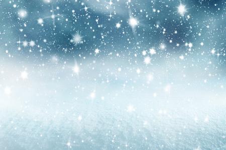 Winterweihnachtshintergrund mit glänzendem Schnee und Blizzard