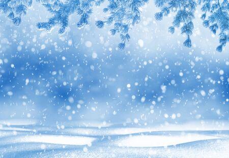 Sfondo luminoso di Natale. Sfondo di Natale invernale per design e biglietti di auguri. Paesaggio invernale.