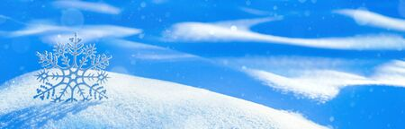 Christmas background with decorative snowflake on brilliant snow. Winter background. Standard-Bild