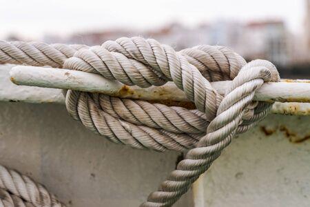 nodo marinaio realizzato con spessa corda bianca