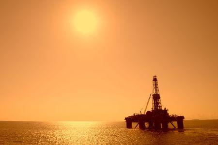 torres petroleras: Silueta de un aceite de perforación. Costa de Brasil.
