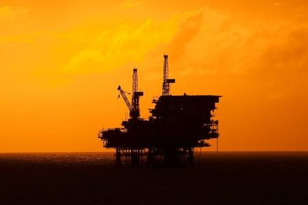 torre de perforacion petrolera: Una plataforma petrolera costa afuera a la luz de la puesta del sol. Costa de Brasil, alrededor del a�o 2010.  Foto de archivo