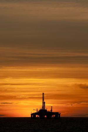 torre de perforacion petrolera: Plataforma de petr�leo en un �rea costa afuera durante el tiempo de suspensi�n.
