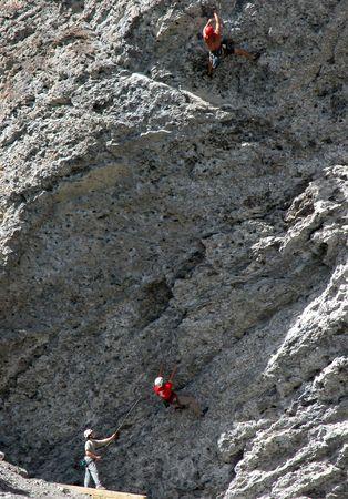 abseilen: Zwei Kletterer und Assistent