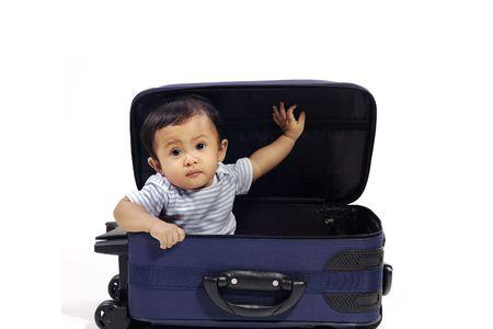 suitcases: Meisje van de baby in de blauwe koffer op witte achtergrond. Klaar om te reizen Stockfoto