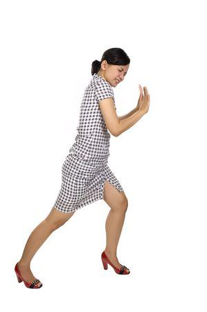 empujando: Inserci�n de la mujer joven que algo aislado sobre fondo blanco Foto de archivo
