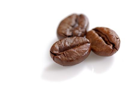 coffe bean: Tre chicchi di caff� torrefatto girato in studio