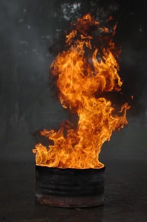 derrames: Barril de petr�leo en fuego, esto es muy caliente
