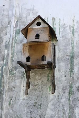 maison oiseau: An old bird house on the outside wall