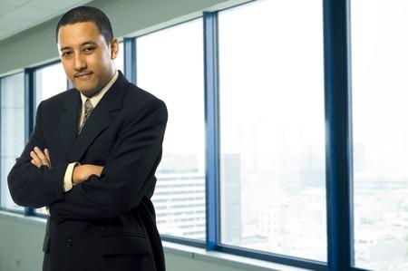 Vertrouwen in zakelijke man op zijn moderne kantoor