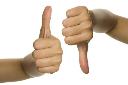 pulgar abajo: Pulgar arriba y el pulgar hacia abajo de la mano de la mujer. Aisladas sobre fondo blanco Foto de archivo