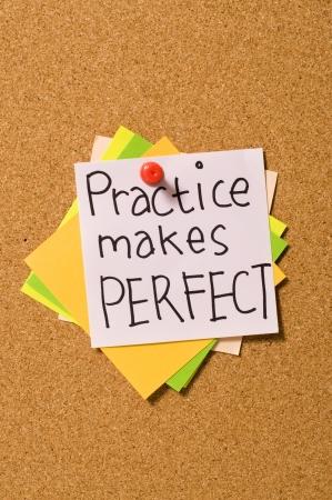 tack board: Escribir pr�ctica hace perfecto en el papel de la placa de corcho Foto de archivo