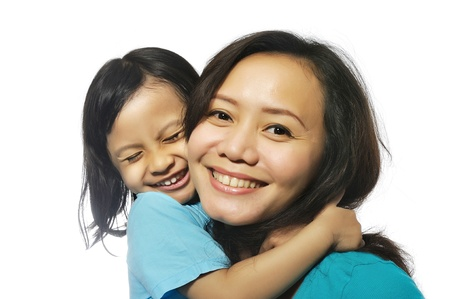 indonesian woman: Retrato de la madre feliz y la hija aislada sobre fondo blanco Foto de archivo
