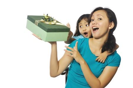 Portret van gelukkige moeder en dochter houden doos geà ¯ soleerd op witte achtergrond Stockfoto - 17160727