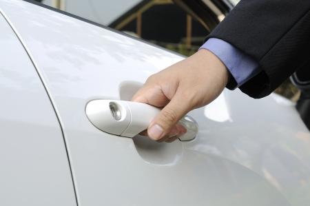 Chauffeur of bestuurder hand openen witte autodeur Stockfoto - 19806355