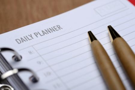 Open agenda met pen op houten achtergrond. Dagelijkse planner begrip Stockfoto - 20949347