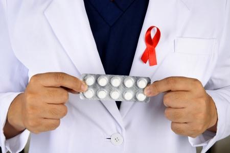 Arts hand houden remedie voor aids. AIDS genezen begrip Stockfoto - 23755704